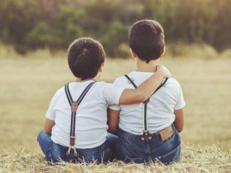 fratellini abbracciati